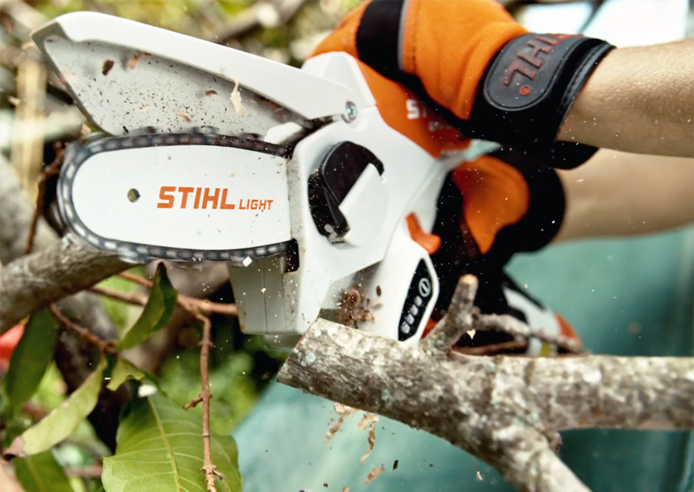 A handy pruner for tight situations